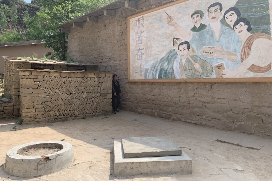 A natural gas fermentation chamber that Xi Jinping is said to have dug with his own hands while serving seven years' hard labor in Liangjiahe during the Cultural Revolution. The mural depicts peasants encouraging their fellow farmers to persevere through hardship.<strong></strong>